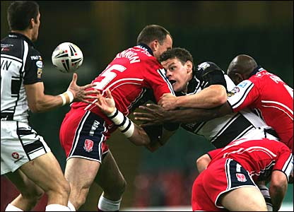 Hull's Lee Radford offloads to Richard Swain