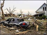 Tornado-damaged house and car in Greensburg - 5 May 2007