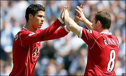 Cristiano Ronaldo (izq.) se saluda con Wayne Rooney