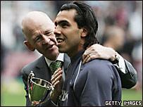 El presidente del West Ham, Eggert Magnusson (izq.) entrega el premio al mejor jugador del a�o a Carlos T�vez.