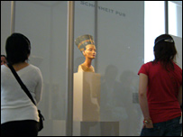 Bust of Queen Nefertiti and visitors