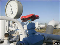 A gas pressure gauge and the valve of the gas pipe near Kiev. File photo