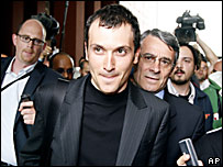 Ivan Basso deja las oficinas del CONI en una audiencia que tuvo lugar la semana pasada