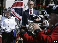 La reina y el presidente Bush