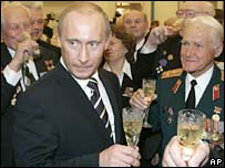 Russian President Vladimir Putin (centre) and WWII veterans at a reception in the Kremlin on 7 May 2007