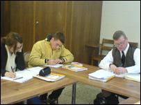 Andrea Sammon, Evan Millward a Teg Morris yn eu dosbarth Cymraeg ym mhrifysgol Toronto