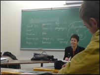 Annette Evans yn cynnal dosbarth dysgu Cymraeg yng Nghanada