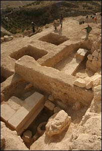 The podium of the tomb (Photo: Hebrew University of Jerusalem)