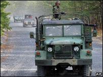 Camiones militares en el fuerte Dix.