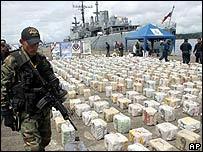Militares colombianos muestran coca�na incautada.