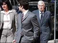 Posada Carriles (der.) entra a una corte en El Paso, Texas, el 4 de mayo