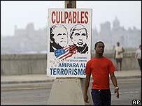 """Cartel en La Habana con im�genes de Bush y Posada Carriles que reza: """"EE.UU ampara al terrorismo"""" (20 de abril)"""
