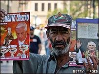 Un vendedor ambulante ofrece revistas católicas en San Paulo
