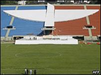Trabajadores finalizan las obras del altar en el estadio Pacaembú de Sao Paulo