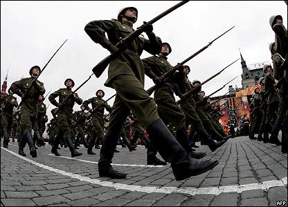 Традиция ежегодных военных парадов на