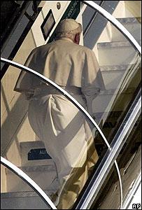 Benedicto XVI aborda el avión que lo conduce a Brasil