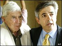 Luis Posada Carriles junto a su abogado Arturo Hern�ndez