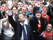 Tony Blair en 1997, con miembros del público