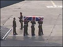 Militares con el ataud de un soldado británico caído en Irak