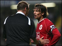 Referee Graham Poll lectures Man Utd's Gabriel Heinze at Chelsea