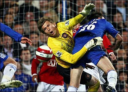 Chelsea keeper John Terry puts Manchester United keeper Tomasz Kuszczak