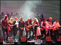 David Gilmour (centre) leading the finale at Syd Barrett tribute gig