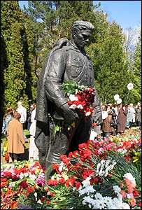 Crowds visit Tallinn's relocated war monument on 9 May 