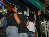 Venezuelans queue to use public phone shops