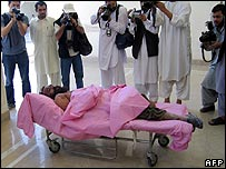 Photographers take pictures of Mullah Dadullah's body - 13/5/07