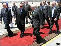 El vicepresidente de EE.UU., Dick Cheney, recibe la bienvenida oficial en El Cairo, Egipto.