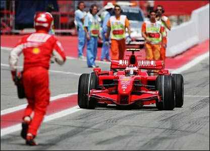 A Ferrari mechanic races to help Kimi Raikkonen