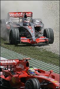 El momento que decidió la carrera. Alonso pierde el control tras ser tocado por Massa.