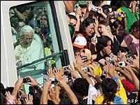 El Papa saludando durante su viaje a Brasil