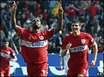 Cacau (izq.) celebra con Mario Gómez tras anotar para el Stuttgart