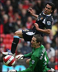 Carlos T�vez supera a Van Der Sar para marcar el gol del West Ham