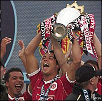 Cristiano Ronaldo levanta la copa de la Liga Premier