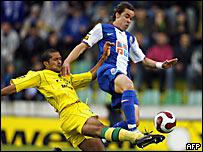 Adriano (der.) es marcado por Geraldo Alves
