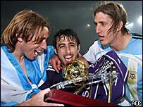 Lucas Biglia (izq.), Nicolás Pareja (centro) y Nicolás Frutos celebran el campeonato del Anderlecht