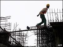 Trabajador de la construcción camina entre barras de hierro