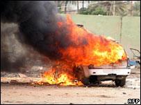 Vehículo en llamas tras atentado en Irak