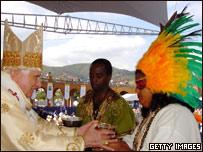 El Papa da la comuni�n a una ind�gena brasile�a