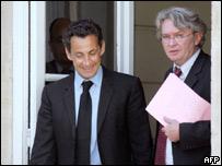 Sarkozy escolta al líder sindicalista Jean-Claude Mailly de Force Ouvriere, tras una reunión
