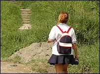 Jóvenes caminando por el sector donde se produjeron los asaltos. Foto ...