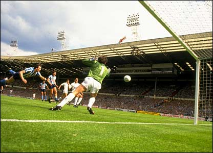 Keith Houchen heads home his memorable Cup final goal in 1987