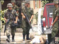 Unidades del ejército custodian a un detenido