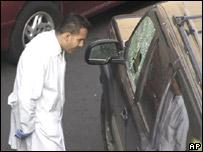 Un técnico revisa el vehículo de un funcionario asesinado