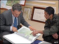 Pinchao muestra al presidente Álvaro Uribe la zona donde lo mantuvieron retenido
