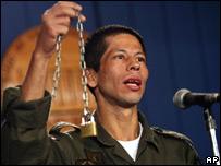 John Frank Pinchao muestra la cadena y el candado que lo mantenían preso