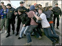 Belarusian police scuffle with protesters, March 2007
