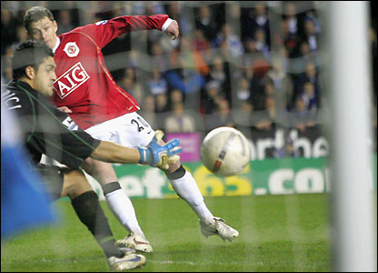 Ole Gunnar Solskjaer bends the ball into the net as Man Utd win 3-2 at Reading